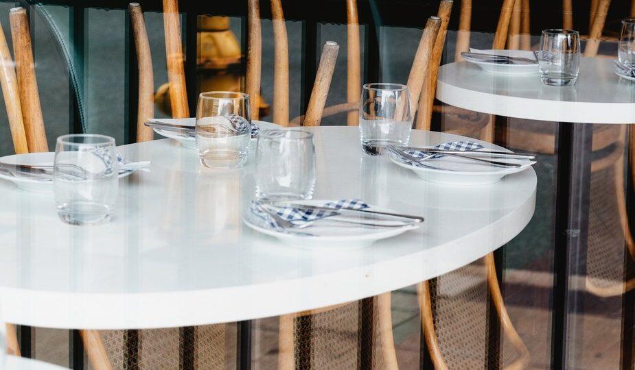 empty-restuarant-tables-tell-a-tale-of-lockdown
